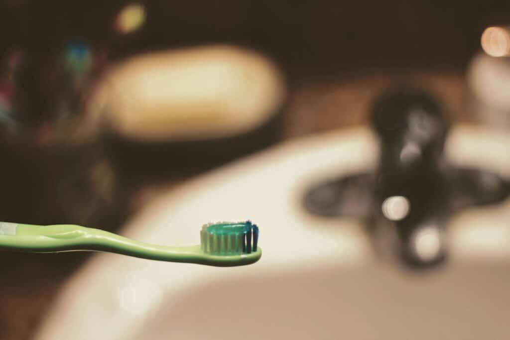 higiene dental con cepillo y pasta de dientes